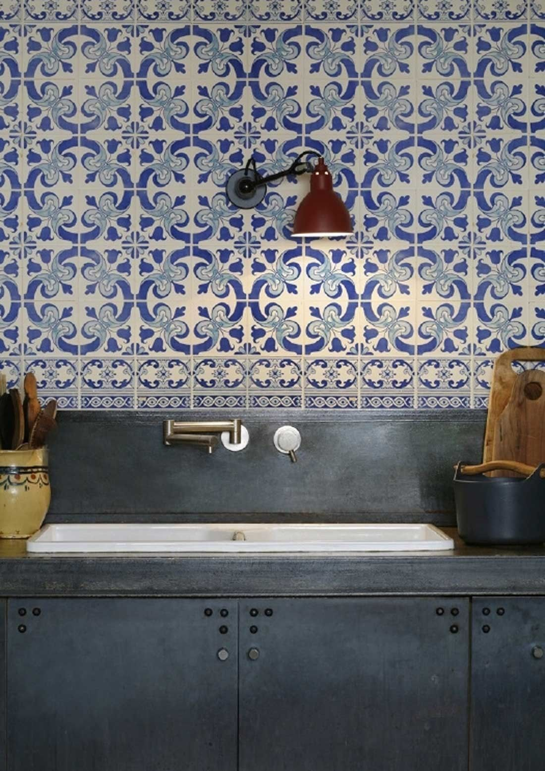 The KitchenWalls Wallpaper Splashback- Delft is beautifully nostalgic. Just like the real delfts blue tiles, this unbreakable PVC wallpaper with eco UV resistant print