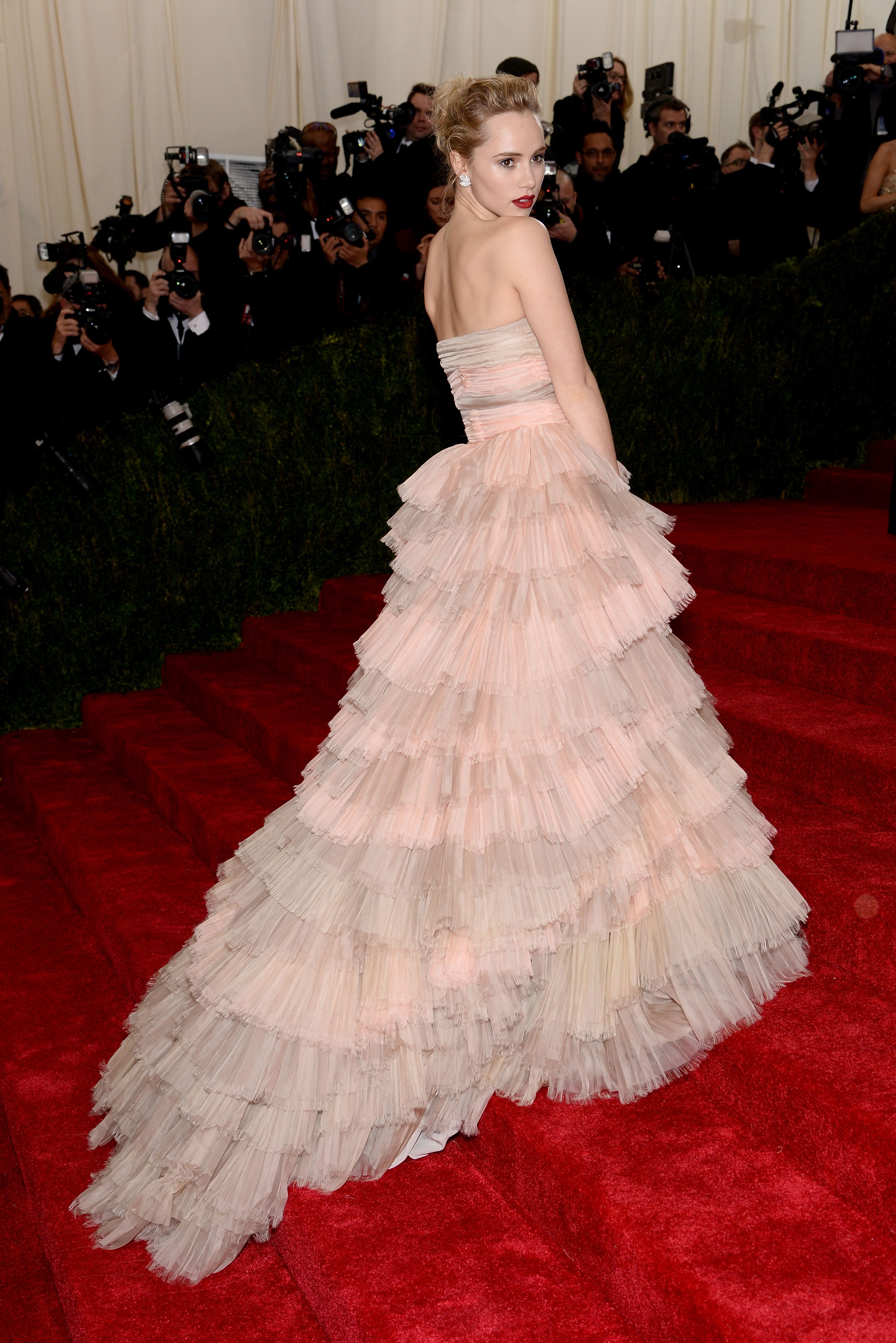 British Model Suki Waterhouse Wearing A Burberry Silk Organza Gown And Burberry Beauty On The Red Carpet At T Met Gala Dresses Met Gala Red Carpet Gala Dresses