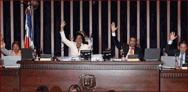 Senadores tuercen el brazo a Leonel y aprueban proyecto de reforma constitucional