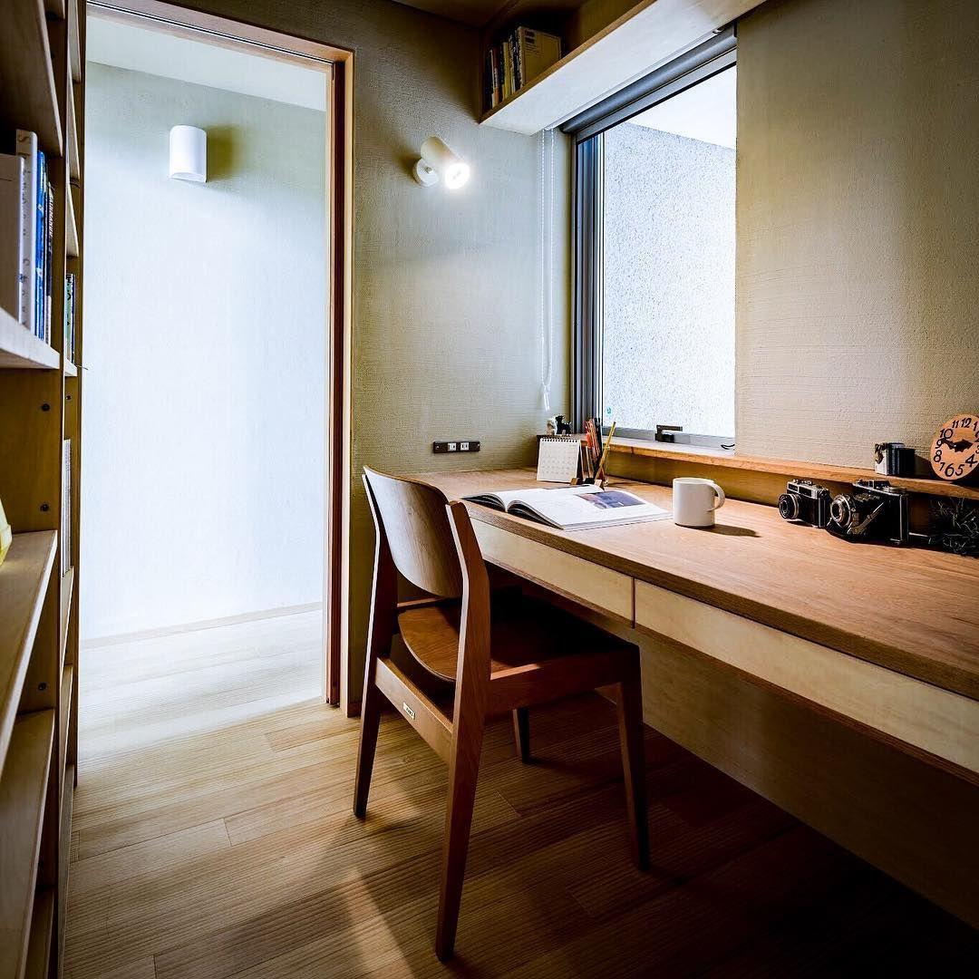 書斎は 2畳あれば つまり1坪あれば かなり充実した ものができると思います 棚のどこにでも 手が届いて 一人で 秘密基地のように こもれるサイズは そのくらいの大きさ では無いでしょうか インテリア 収納 リフォーム インテリア インテリアデザイン