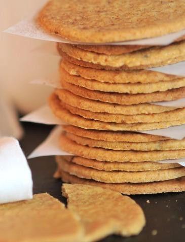 Da mistura de quatro especiarias e dois tipos de farinha, resulta uma bolacha com textura particular que se mantém da primeira à última dentada. O aroma, que se sente ao abrir a embalagem, não engana o paladar. Ingredientes:farinha de trigo, farinha de milho, margarina, açucar, canela, cravinho em pó, noz moscada e erva doce em grão.