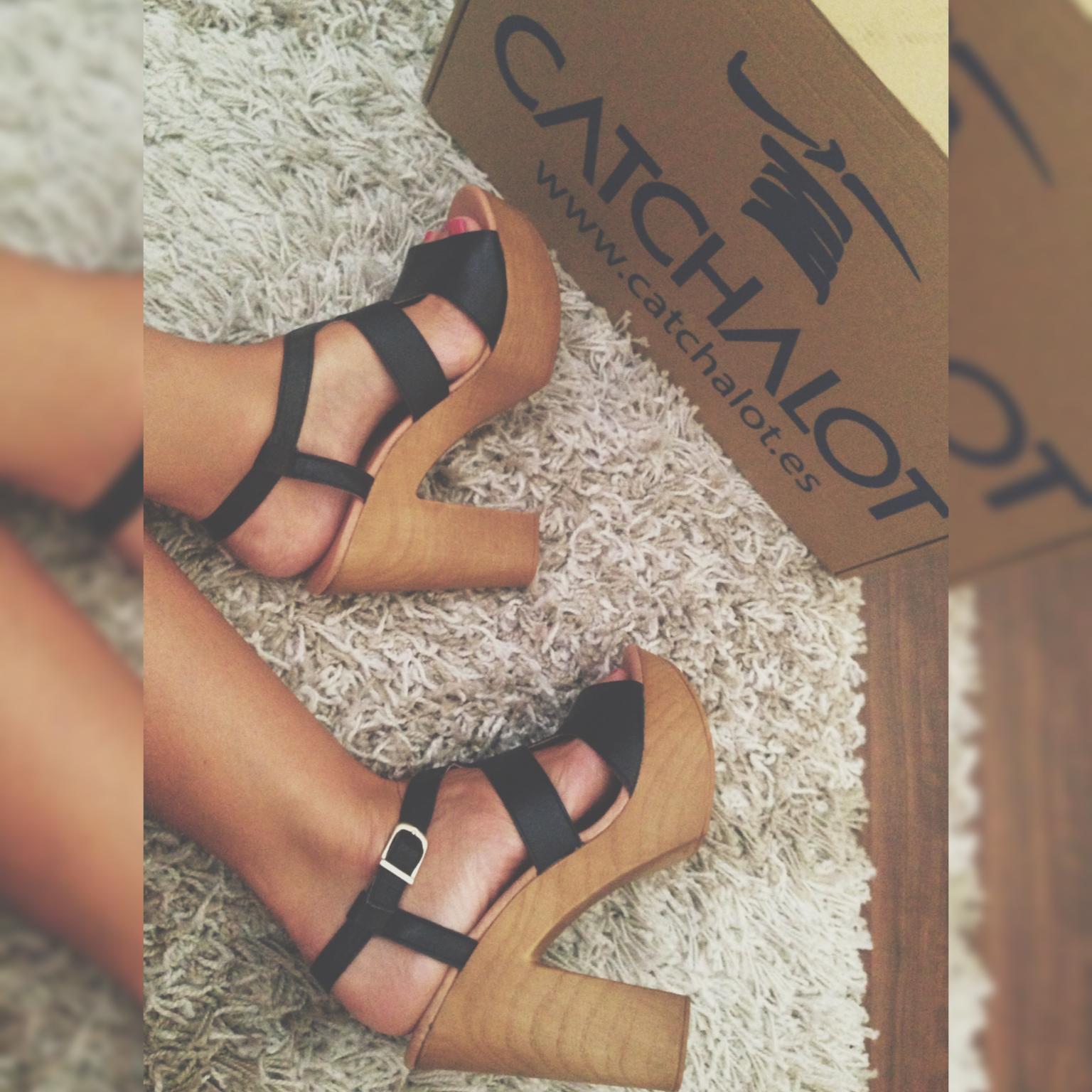 La bloguera Blanca, @blancaalgaba, con nuestras sandalias Rosana y nuestra nueva caja de envíos. Puedes verlas aquí: http://catchalot.es/…/sandalia/…/78856_catchalot-rosana.html
