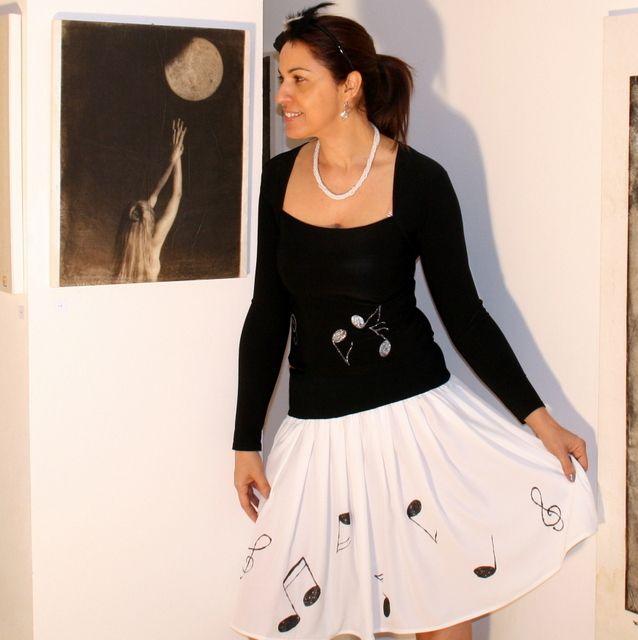 75f09a9b672 Notová... Originání a nepřehlédnutelná sukně z jemného španělského ...