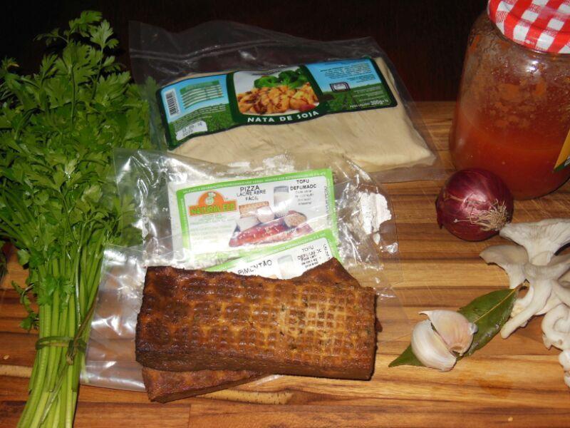 Nata de soja com tofu defumado e cogumelos