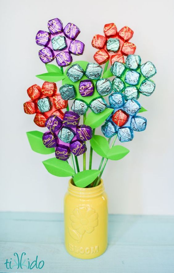 Easy mothers day spring chocolate bouquet chocolate bouquet easy mother s day spring chocolate bouquet teacher appreciation or thank you gift idea solutioingenieria Choice Image