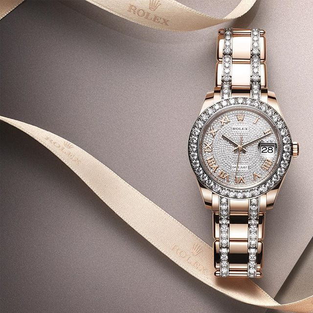 Launching December's festive spirit, this Rolex Pearlmaster 39 in 18ct Everose gold is set with 36 brilliant-cut diamonds on the bezel, 144 on the bracelet and with a full-pavé dial of 713 diamonds. #Rolex #Pearlmaster #101031 To discover the Rolex festive selection see the link in the profile.