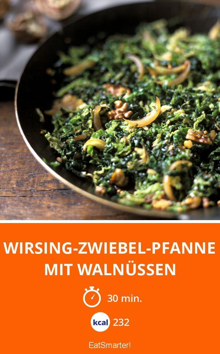 Wirsing-Zwiebel-Pfanne mit Walnüssen
