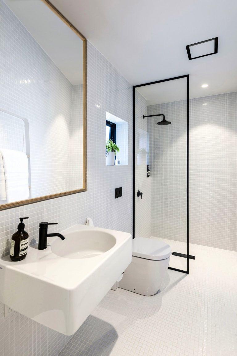Kleine witte badkamer met zwarte accenten - Inrichting | Pinterest ...