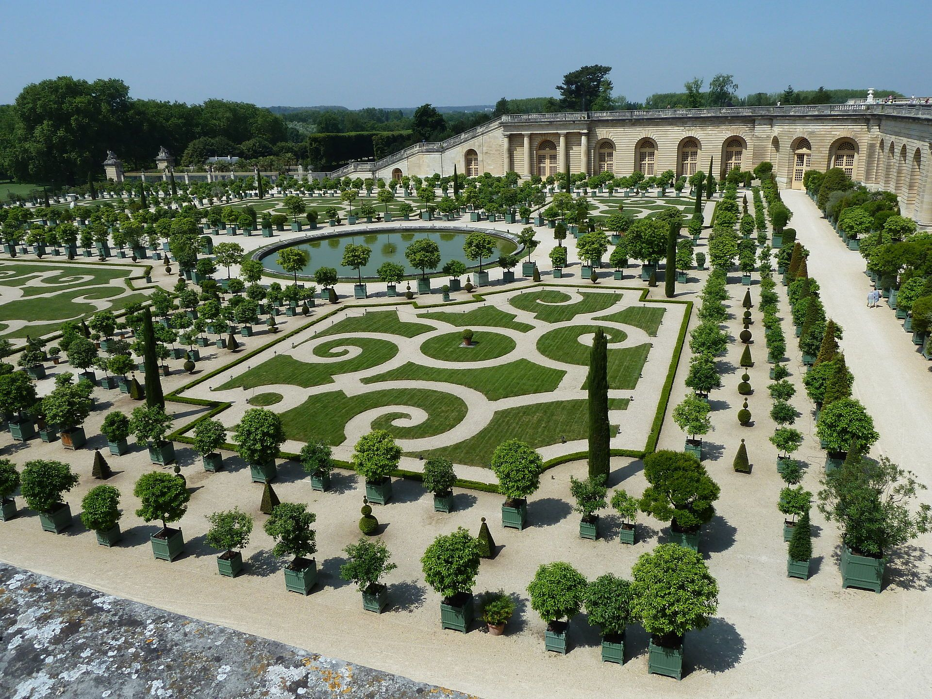 A Formal Garden In Albi France Wow Now That S Sculpture With Flowers French Garden French Formal Garden English Garden