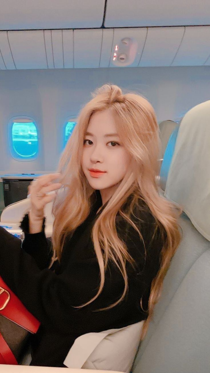 """hourly rosé on Twitter: """"girlfriend material #로제 #ROS"""
