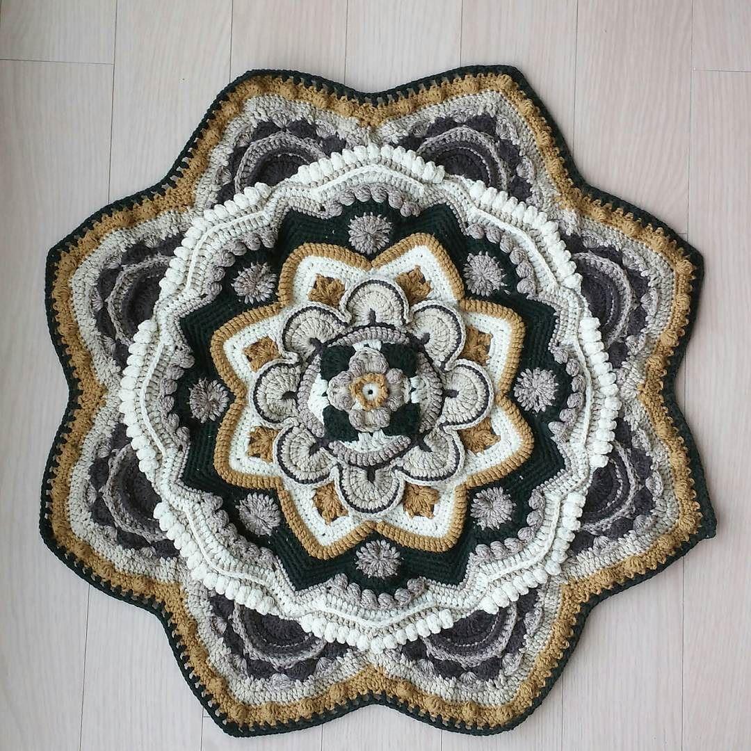 #mandalamadness part6 이제 좀커져서 한바퀴도는데 시간이좀 걸리넴용  #mandalacrochet  #mandala  #crochet #crochetaddict  #crochetblanket #handmade #코바늘 #손뜨개 #뜨개질 #램스울 #블랭킷 #코바늘블랭킷  #만다라 #만다라매드니스 by yoonsook_a