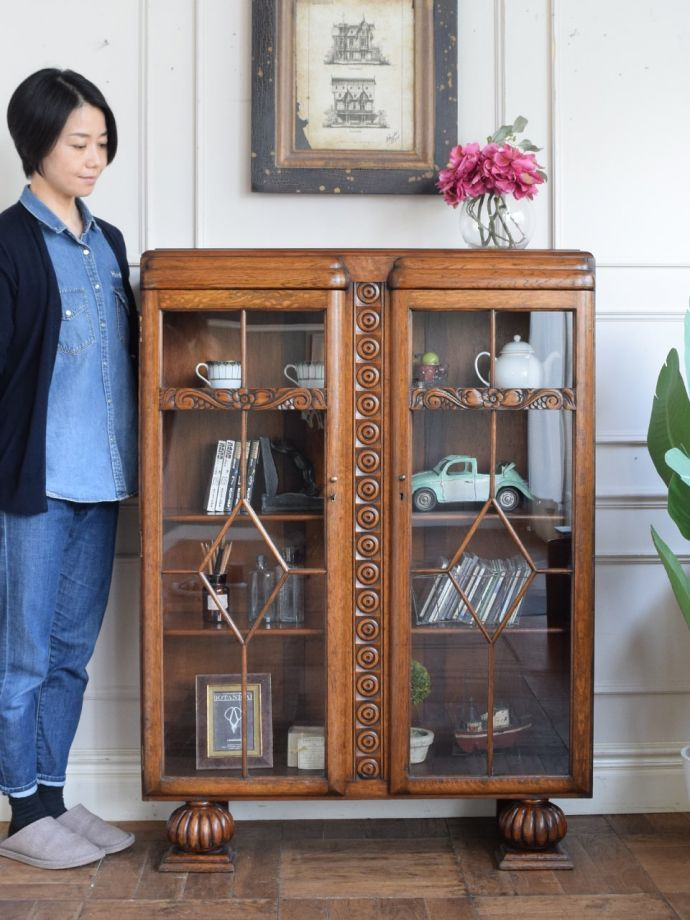 Bookshelf with antique door found in the UK, bookcase with cute flower carving (q-2540-f) | Antique furniture