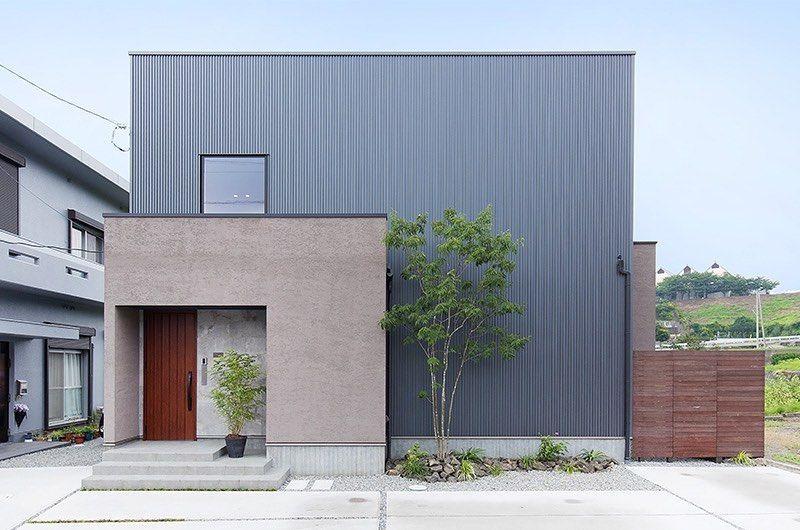 イノマル建築設計 On Instagram 塗り壁とガルバの箱のお家 グレー塗り壁とネイビーガルバの箱の外観 ボックスを組み合わせたデザインにシンボルツリーがアクセントになります 使いやすい間取りと ちょっとカッコいい外観に 外観 住宅 モダン コラボ