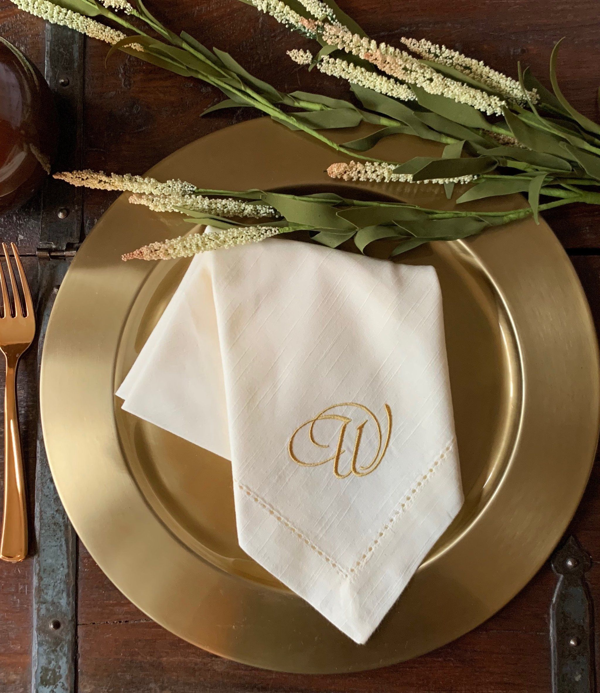 Formal Style Monogrammed Cloth Dinner Napkins Set Of 4 Napkins White Tulip Embroidery In 2020 Cloth Dinner Napkins Napkins Set Napkins