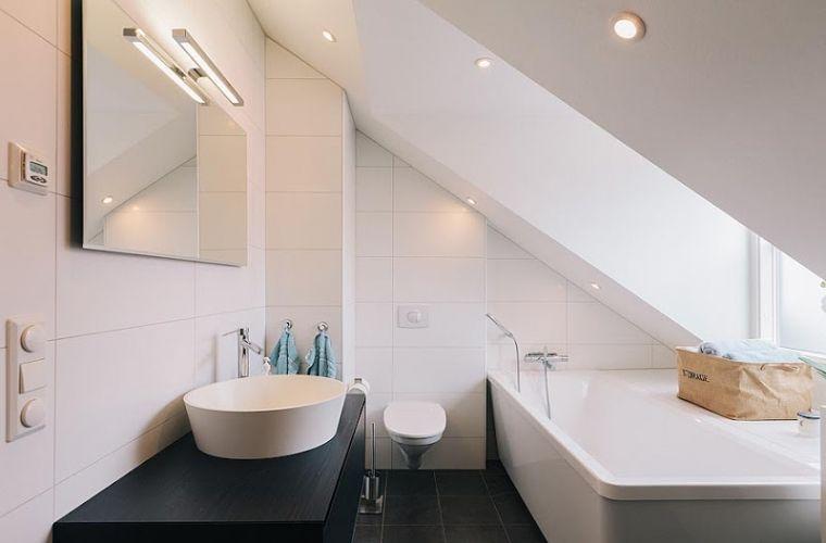 Badkamer met schuin dak (gave verlichting) | Huis boven | Pinterest ...