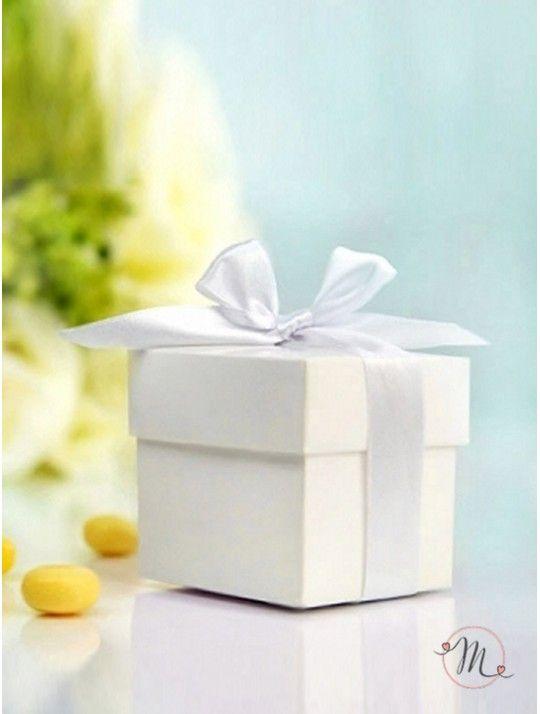 Box cubo bianco. Box cubo bianco. Ideali come segna posto e/o segna tavolo o portaconfetti o bomboniera.  Capienza: 5/7 confetti.  Dimensioni: 5x5x5 cm.  Ordine minimo 10 pezzi e multipli di 10.