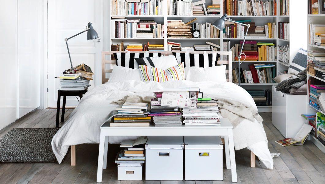Schlafzimmer mit kuscheligem Bett und Regalen, u. a. mit TARVA ...