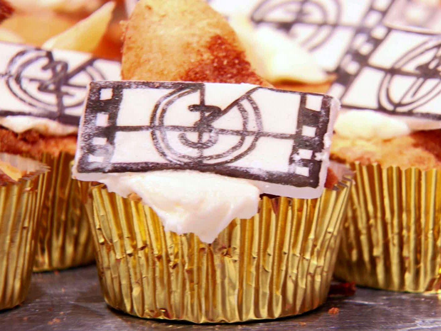 Peach Cobbler, Miel De Nuez, Brown Streusel Cupcakes #peachcobblercheesecakeinajar Peach Cobbler, Miel De Nuez, Brown Streusel Cupcakes from FoodNetwork.com #peachcobblercheesecakeinajar
