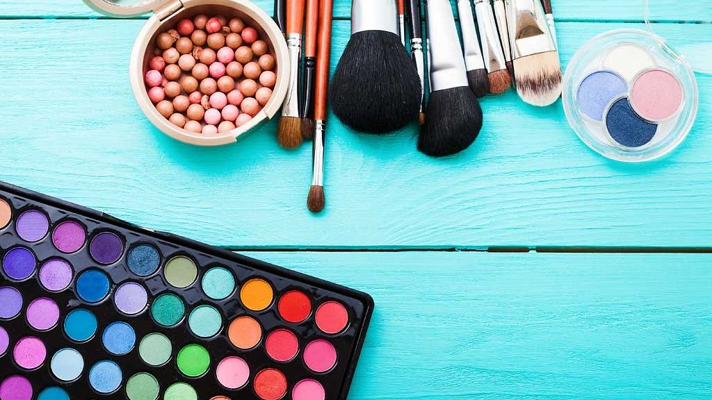 Muista lajitella oikein myös vanhaksi mennyt kosmetiikka sekä pakkaukset. Jos luomiväripaletissa on metalliosia, ne voi irrottaa ja viedä metallinkeräykseen.