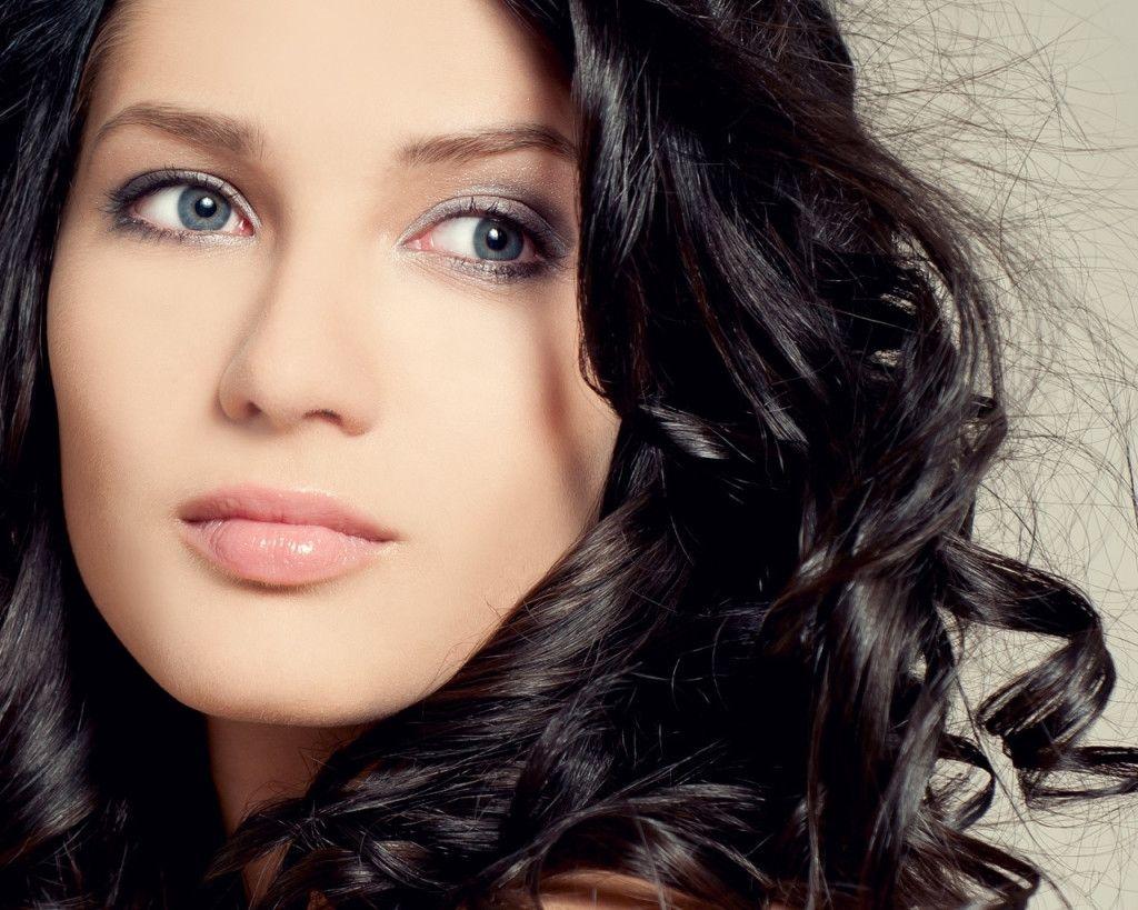 Haar-Farbe Für Olivenöl Haut Und Braune Augen Überprüfen