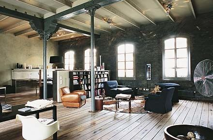 wide plank floors, exposed beams, integrated bookshelf, leather - industrial vintage wohnhaus loft stil