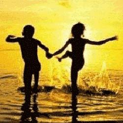 Estar feliz é algo que vem de dentro. A felicidade é conhecida por cada pessoa de um jeito, cada um sabe o que o deixa triste ou alegre. Cada um sabe se gosta mais do azul ou do amarelo, do doce ou do salgado, do barulhento ou do silencioso. E quando não sabe, sente-se mais feliz e completo ao descobrir, afinal, a descoberta