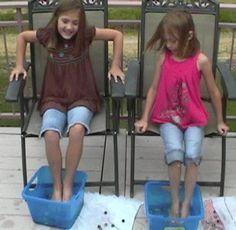 Spelletje: met je tenen zoveel mogelijk knikkers ophalen uit een bak met water (Beetje afwasmiddel erbij?????)