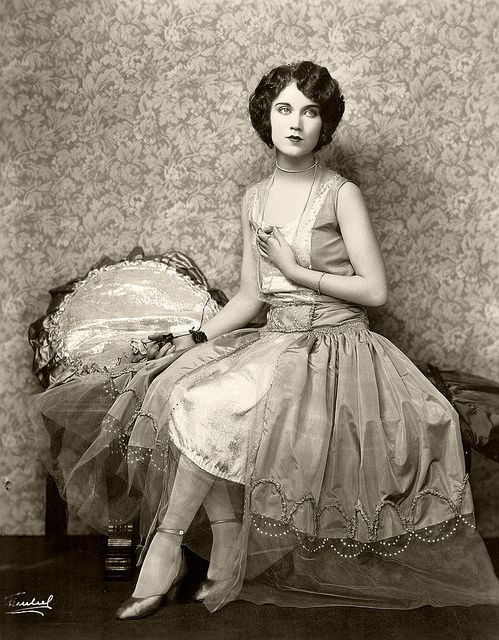 vintage everyday: Fashion in The '20's & 30's