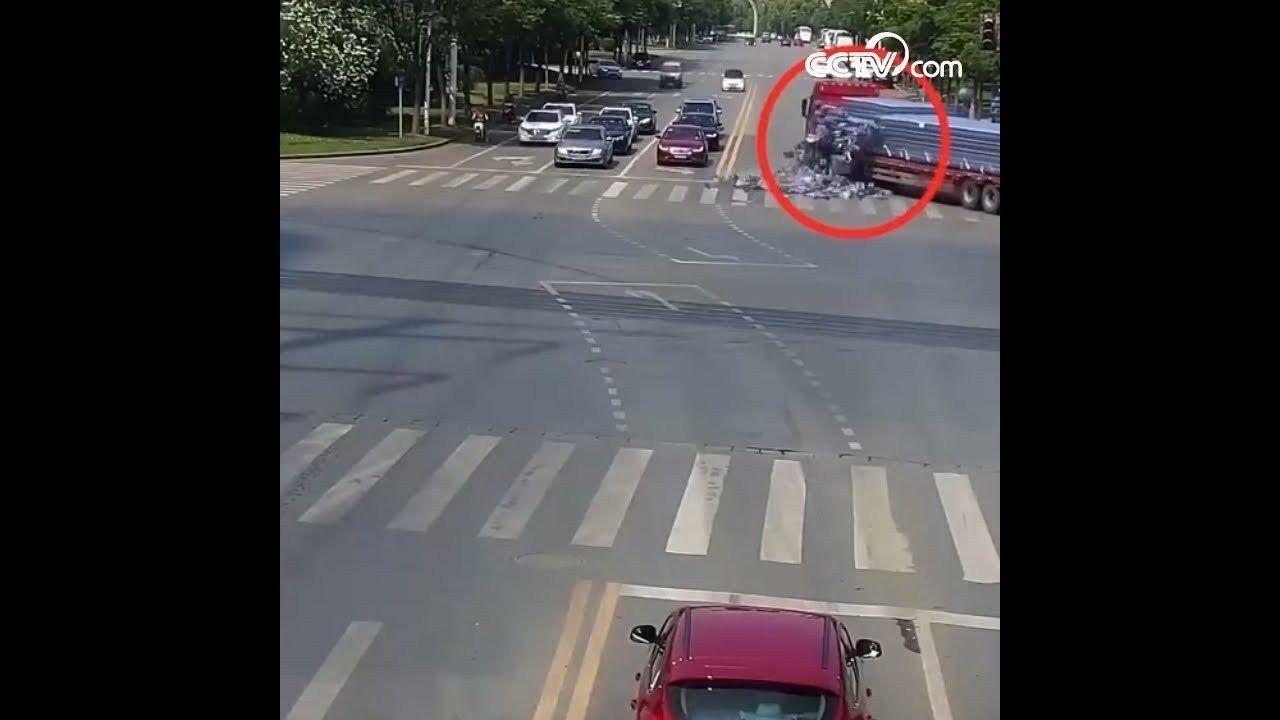 شاهد أطنان من الكولا تسقط على الأرض ولم ينقص ولو زجاجة واحدة Structures Road