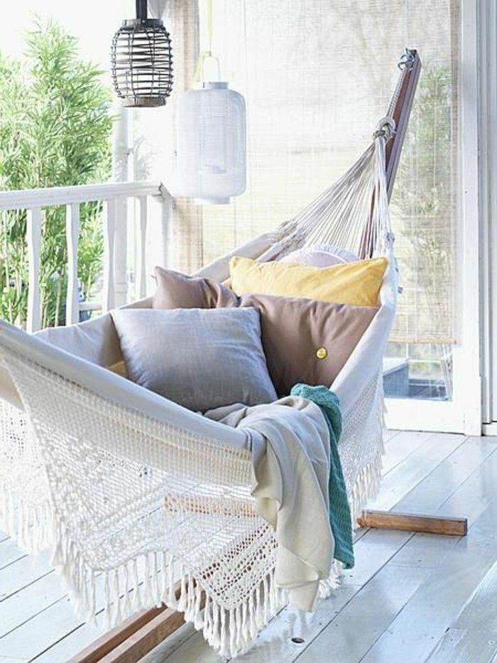 hängematte mit holzgestell balkon veranda und kissen | Gartenmöbel ...