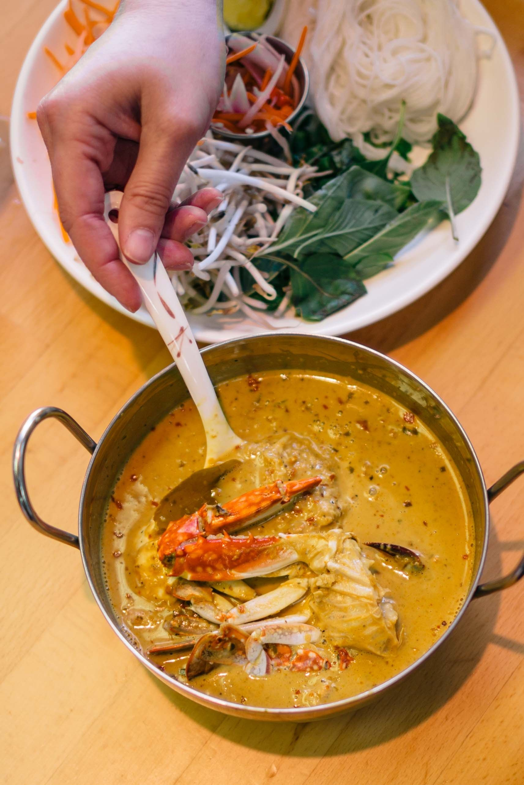 Luv2eat Is On Of The Best Thai Restaurants In La You Need To Order Y Et Style Crab Curry Served A Metal Bowl Filled With