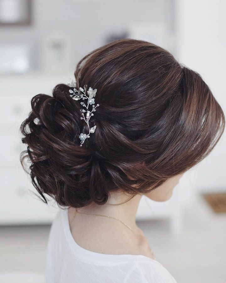 This beautiful bridal updo hairstyle perfect for any wedding venue ...