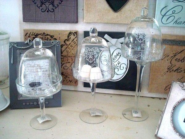 Série de 3 cloches sur pied décorées...