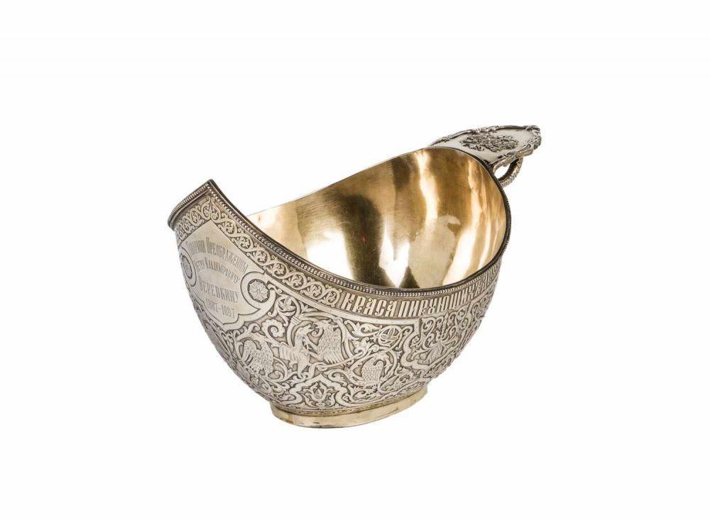 Prunk-Kowsch2. Hälfte 20. Jh. Silber, innen vergoldet. Auf der schiffchenförmigen Wandung umlaufen