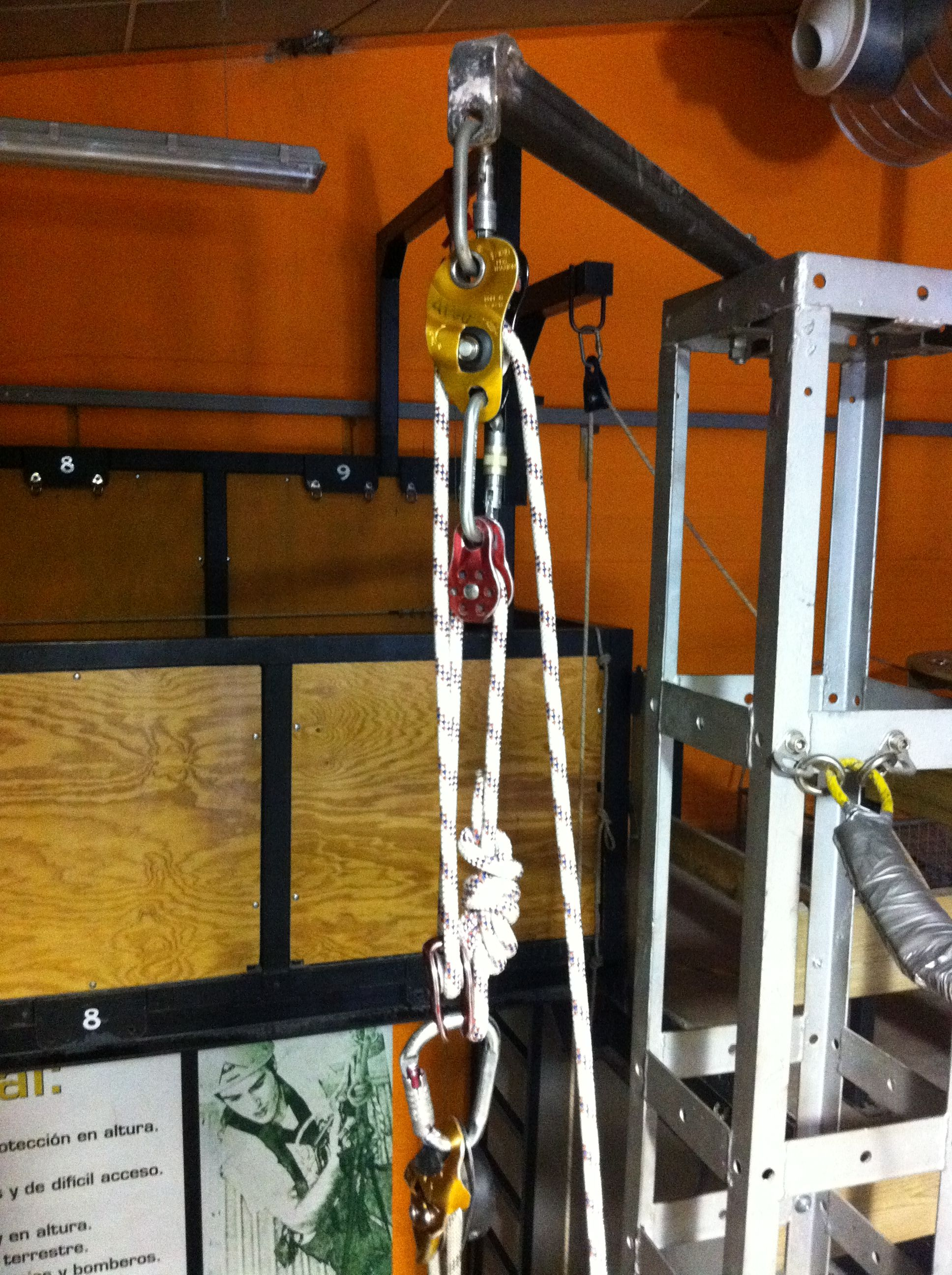 Sistema configurado con polea auto blocante (cabecera) en combinación con dos poleas simples y en el extremo un descendedor con una cuerda.