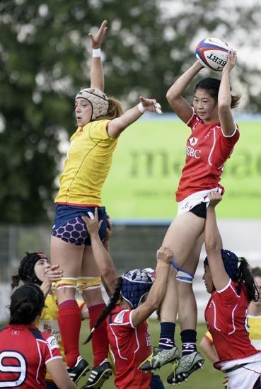La jugadora de la selección de Hong Kong, Jessica Ho (d), se hace con el oval ante la jugadora de la selección española, Berta García, durante el partido amistoso que han disputado esta tarde en Valladolid.