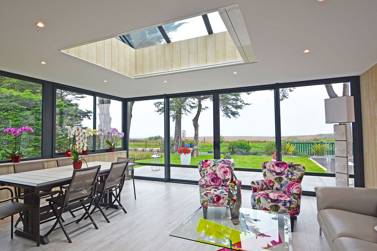 Extension vitrée à toit plat avec une verrière de toiture ...