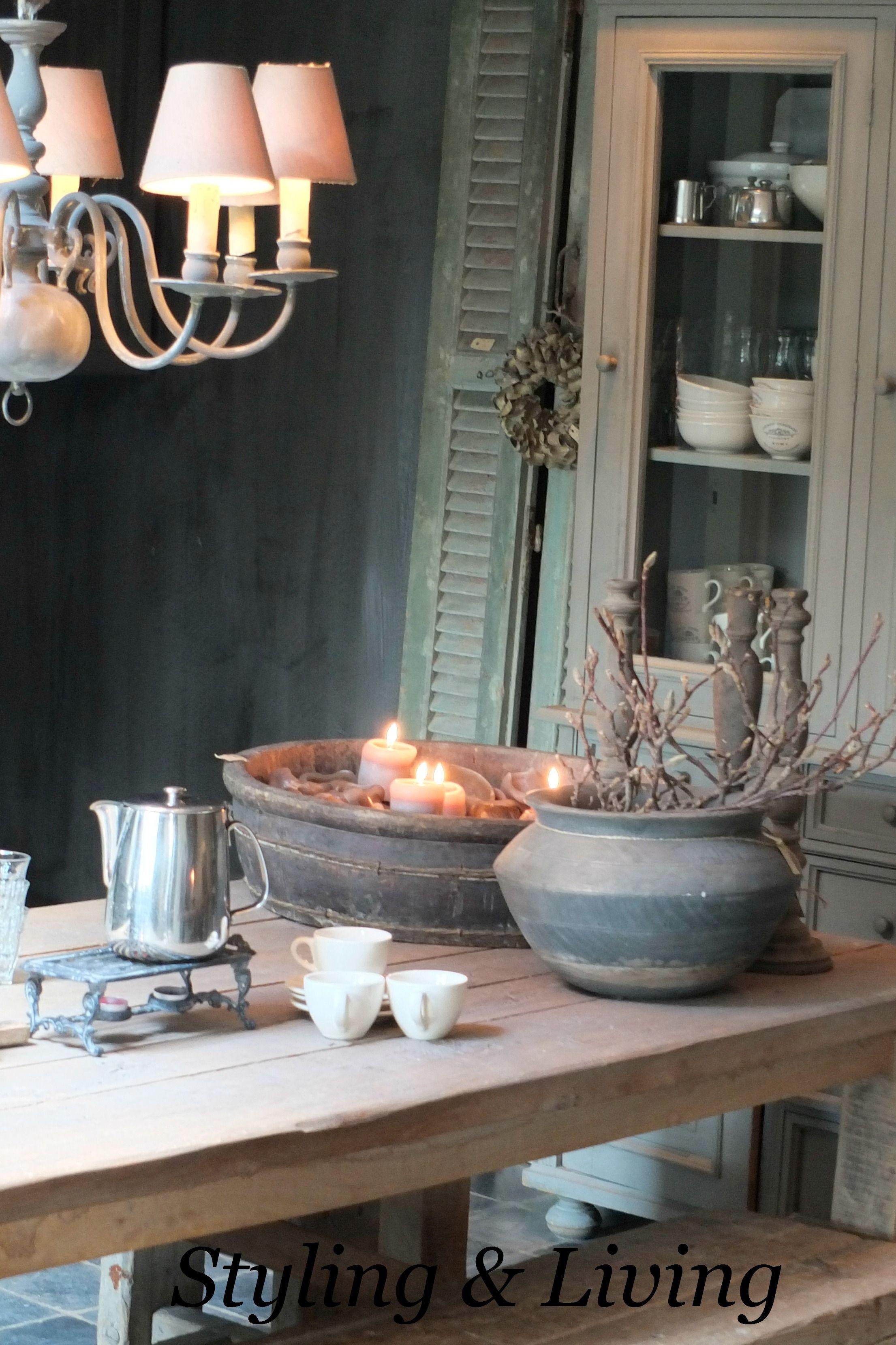 Landelijke keuken met vergrijsde tafel kalkverf muren en servieskast met krijtverf showroom - Keuken rustieke grijze ...