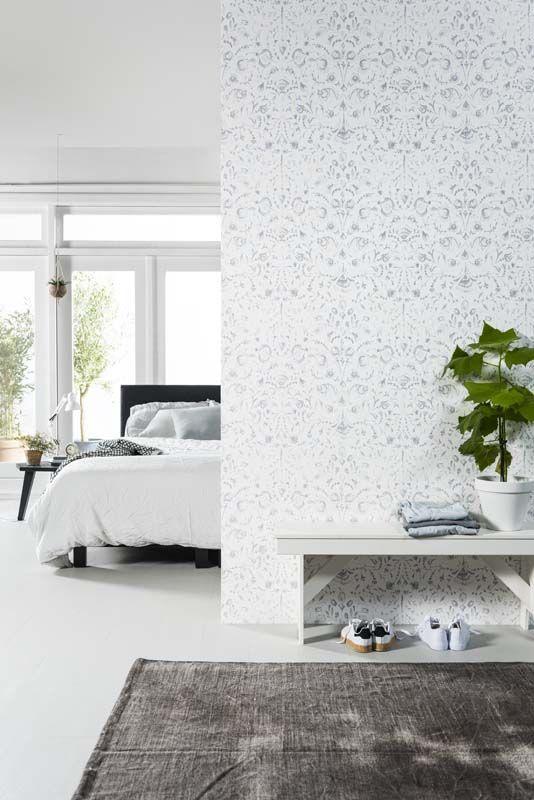 karwei door 1 muur te behangen met een printje en de rest van de slaapkamer wit te schilderen creer je een rustige maar moderne look