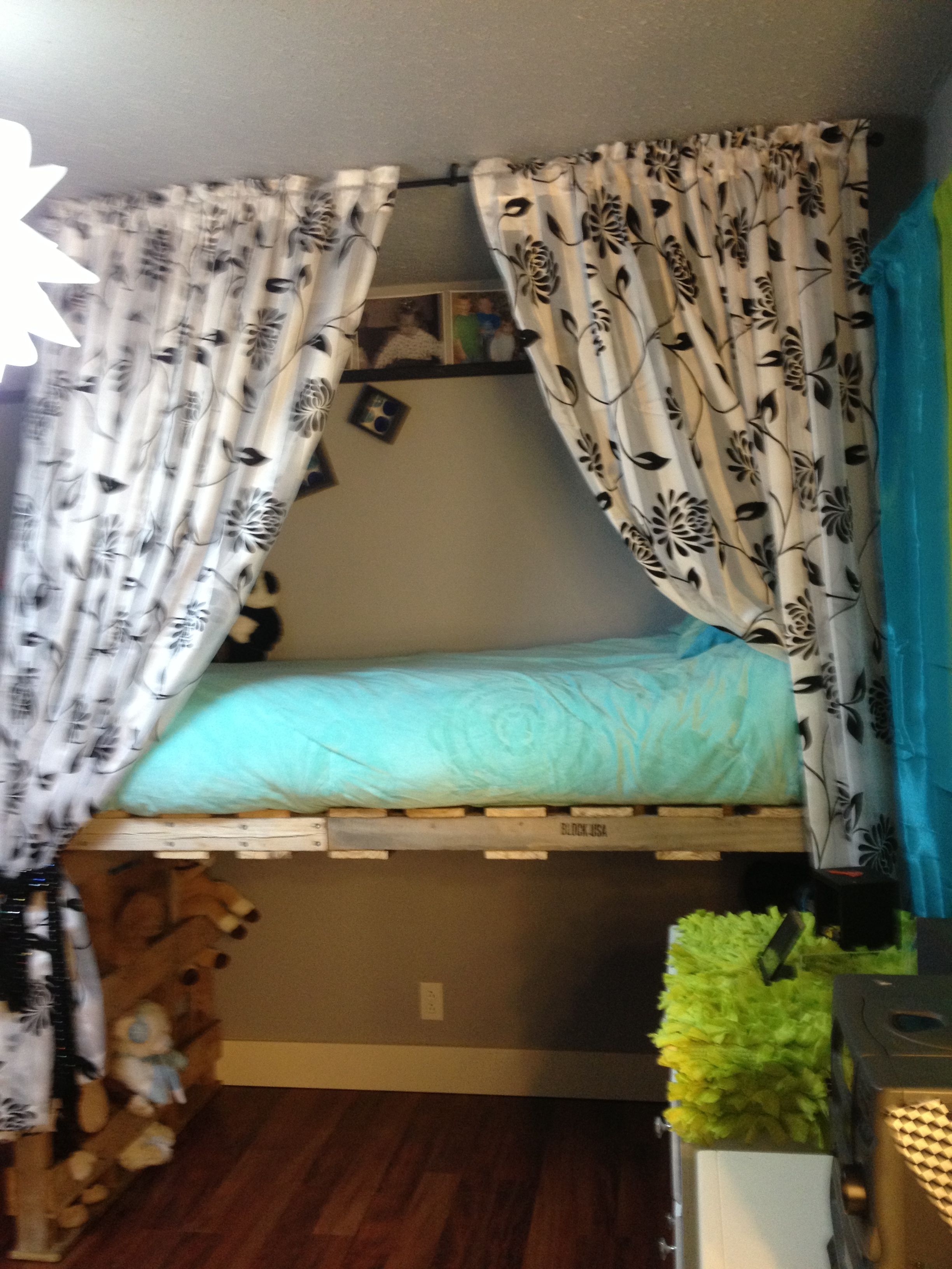 Pallet loft bed pinteres for Diy kids pallet bed