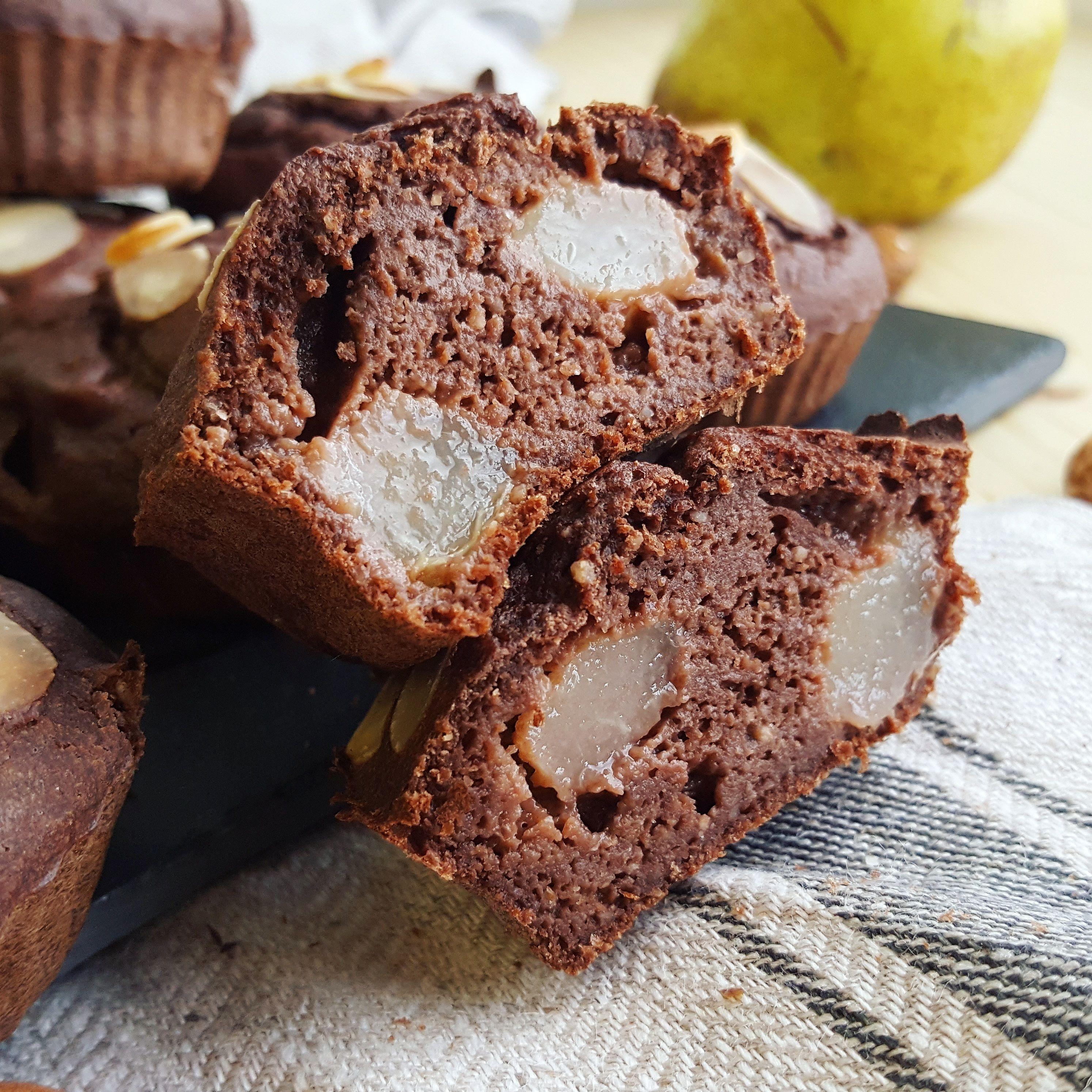 Muffins poires, chocolat & amande   Muffin poire, Poire au chocolat et Muffins moelleux