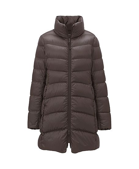 FW2013 This thin, lightweight down coat is unbelievably warm. It comes with a carrying pouch, so you can take it with you wherever you go. The tapered waist adds a feminine shape, and the high collar protects you from the wind.