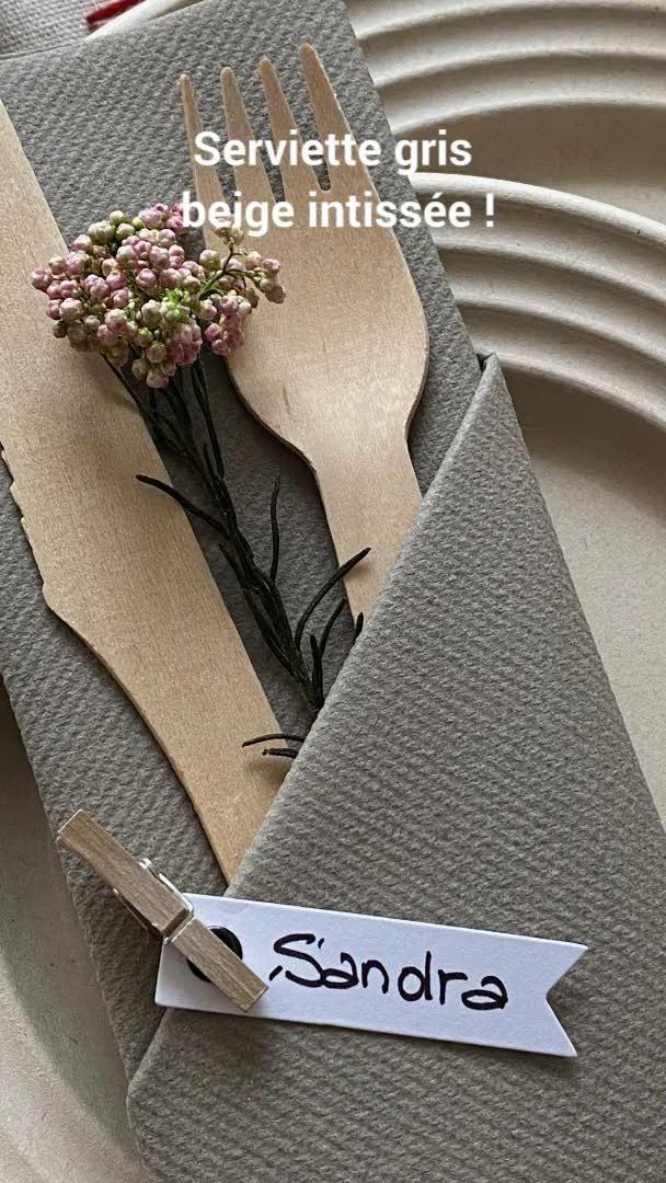 Voici un nouveau pliage très simple de serviette en pochette étroite pour 2 couverts qui ne vous prendra pas de temps. C'est un pliage très rapide et ultra-pratique. Il est rectangulaire et classique. Avec une belle serviette intissée il peut devenir étonnant. Dans notre exemple vous le découvrirez en gris-beige, mais bien sûr, toutes les couleurs sont possibles... Vous êtes prêt, on y va !  #pliage #serviettes #DIY #tuto