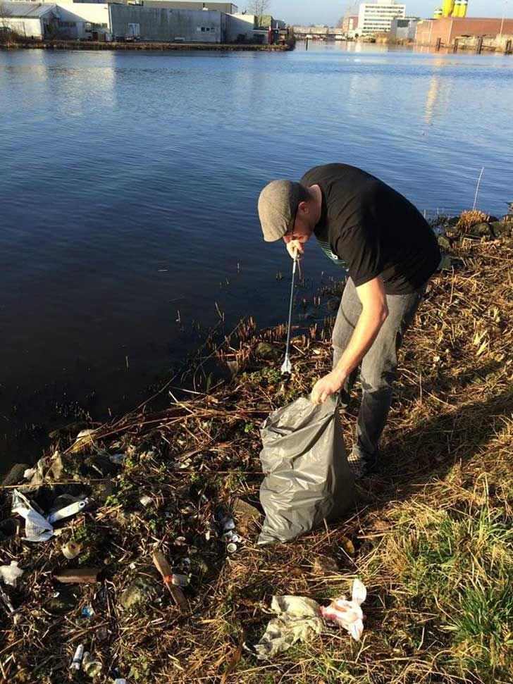 El recogio un poco de basura del rio cada dia, al final el resultado fue muy inspirador...