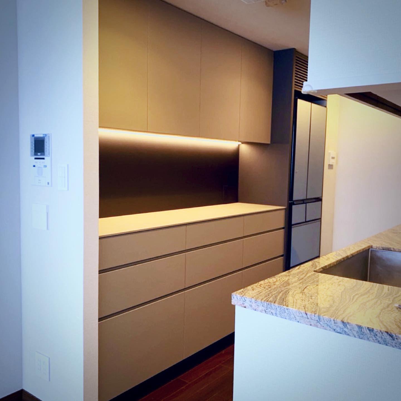納品事例ーfenixキッチンバックカウンター マンションのキッチンバックカウンターを納品 冷蔵庫スペースにデッドスペースがあったため 家具の背面 パネルを冷蔵庫スペースまで伸ばし サイドパネルと冷蔵庫上スリットでお手持ちの冷蔵庫をビルトイン風に 既存の壁
