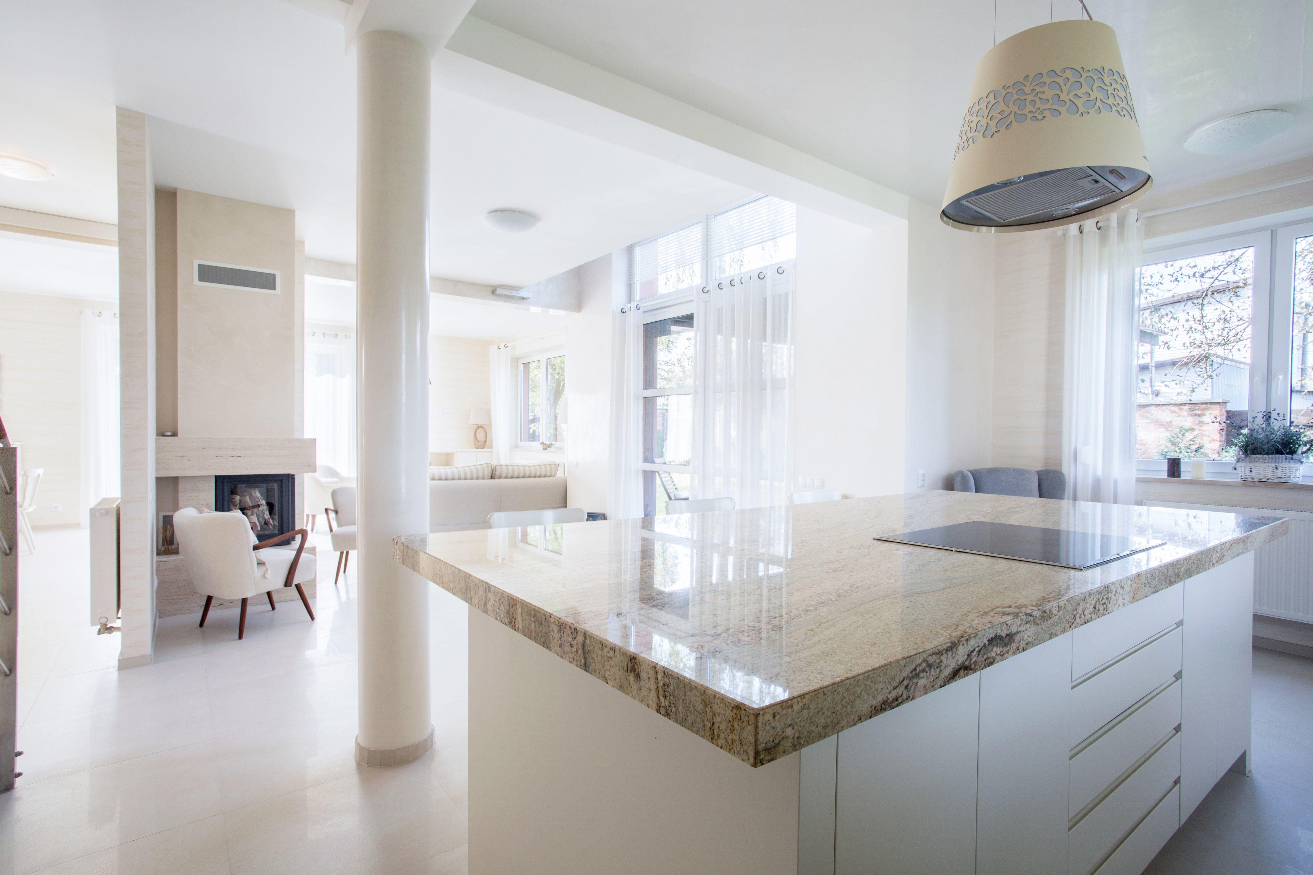 Piękna Otwarta Na Salon Biała Kuchnia Z Marmurowym Blatem