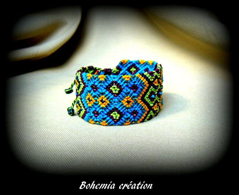 Bracelet large en macramé réalisé à partir du point guatémaltèque. Original et coloré, vert, bleu, orange, turquoise et prune. Il est réglable à toutes les tailles et réversible.