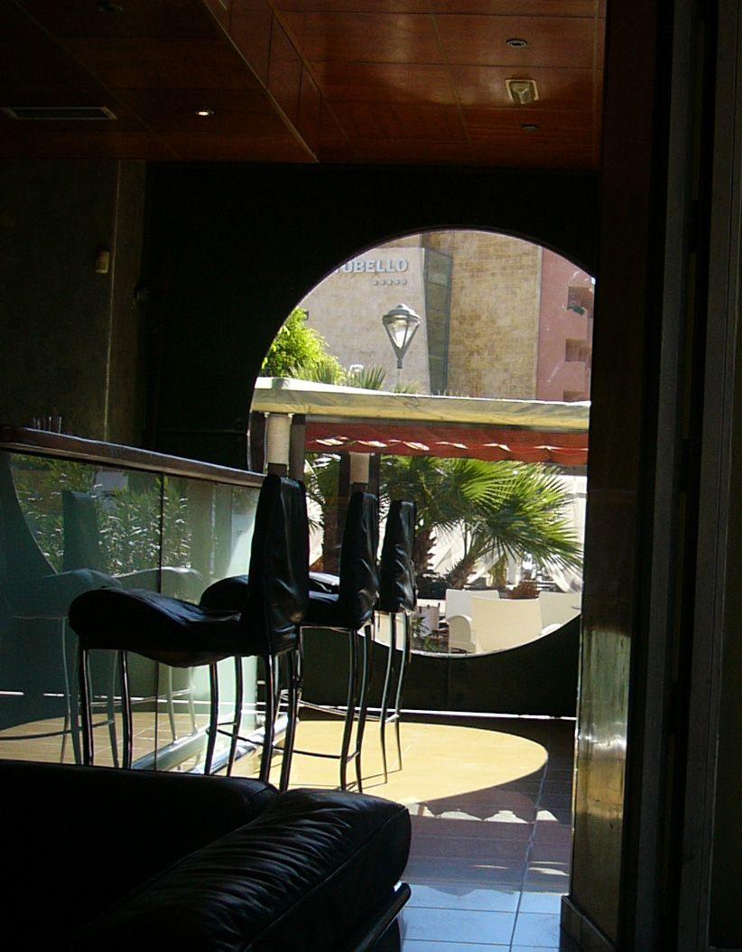 Cafeteria moderno contract via planreforma fachada for Cafeterias modernas