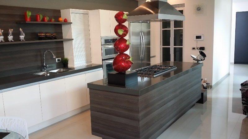 Cocina integral moderna combinada en laminado alto brillo con un