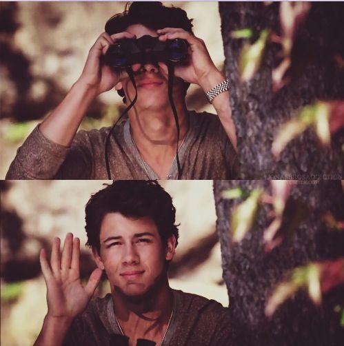 (Primera foto) ¿¡Por que me espias Nick?!  (Segunda foto) Oh... Hola :*